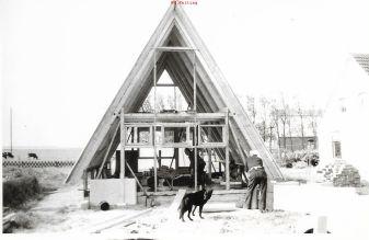 Karl Ernst Kelting werkelt. Weiter im Bild: Alfred Ploog, seine Kühe und der Hund Mohr.