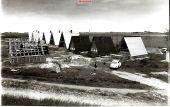 Blick vom alten Deich auf den Reiherstieg. Die Tätigen fanden in einem Zelt und einem Bauwagen Unterkunft. (Mit kurzer Hose: Jürgen Ploog).